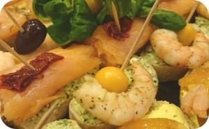 Marinierte Scampis mit Dip, geräucherter Lachs und Krabben mit mediterranen Brotaufstrichen auf Ciabatta- ca. 32 kanapees - 80 €