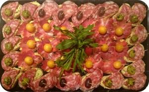 Handwerklich hergestellte Salami und Schinken aus GIOVANNI'S Selektion, mit Oliven und Früchten - ca. 32 kanapees - 50 €