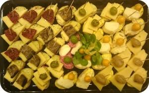 Besondere Schnitt- und Weichkäse mit mariniertem Gemüse und Oliven auf Ciabatta - ca. 32 Kanapees - 50 €