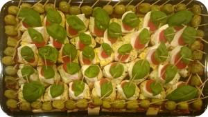 Ciabattabrot mit Büffelmozzarella mit halbgetrockneten Tomaten, Käsewürfel mit Oliven und getrockneten Tomaten - ca. 40 + 35 Spiesse - 69 €