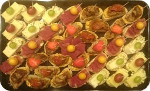Verschiedene Käse- und Wurstspezialitäten aus unserer Selektion, gern auch nach Absprache, mit Antipasti und Früchten nach Saison - ca. 32 Kanapees - 50 €