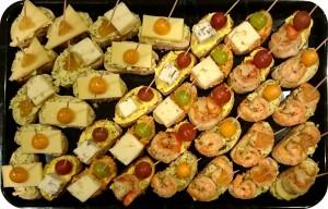 Verschiedene Käse und gebratene marinierte Scampi, mit passenden Früchten oder Antipasti - ca. 32 Kanapees - 65 €