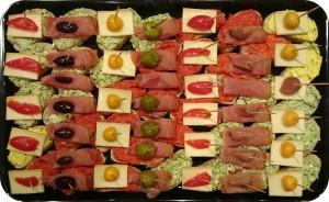 Verschiedene Käse- und Wurstspezialitäten aus GIOVANNI'S Selektion, mit Antipasti und Früchten nach Saison - ca. 32 Kanapees - 50 €