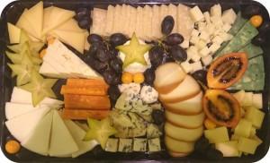 Handwerkliche Käse aus Kuh, Schaf- und Ziegenmilch: Hart-, Weich- und Schnittkäse aus Frankreich, Italien und Belgien, serviert mit frischen Früchten - ca. 1,0 kg Käse - 85 €