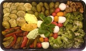 Frische Gemüse, gegrillt und mariniert, dazu eingelegte Antipasti, kleine Büffelmozzarella und Nocken von Frischkäsecremes - ca. 1,3 kg - 85€