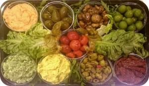 Mediterrane Frischkäsecremes, tagesfrisch gegrillte Gemüse, marinierte Antipasti, Oliven und getrocknete Tomaten - ca. 1,2 kg/9 Schälchen - 75€