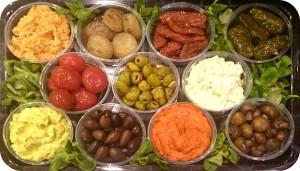 Mediterrane Frischkäsecremes, tagesfrisch gegrillte Gemüse, marinierte Antipasti, Oliven, getrocknete Tomaten und dunkle Weintrauben - ca. 1,5 kg/11 Schälchen - 85€