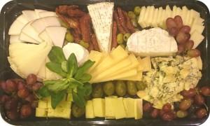 Handwerkliche Käse aus Kuhmilch: Hart-, Weich- und Schnittkäse aus Italien, Frankreich und England, serviert mit frischen Früchten - ca. 1,0 kg Käse - 75 €