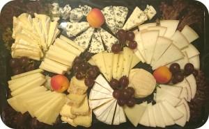 """Exklusive Käsespezialitäten aus Kuh-, Schaf- und Ziegenmilch von bäuerlichen Produzenten in z.B. Italien und Frankreich, mit frischen Früchten der Saison; ca. 1000 g - - - besondere Aromen, für Käseliebhaber - - - Gruyere Alpage - ein besonderer Gruyere aus bester Alpenmilch; drei große Blauschimmel: Roquefort """"Carles"""", Bleu des Causses, Fourme d'Ambert; bäuerliche Käse aus Frankreich, England und Italien: Charollais Tonneau fermier au lait cru - gereifter Ziegenfrischkäse aus Burgund, Farmhouse Cheddar, Il Magnifico Cacio Vecchio Val d'Orcia. Saisonale Abweichungen möglich - ca. 1,0 kg - 85 Euro"""