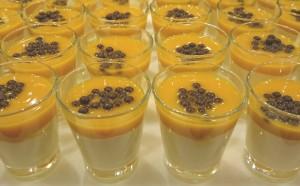Eine Mandelbuttercreme, dann ein Mangopüree und obenauf Valrhona-Schokoladenperlen - serviert in kleinen Gläschen. Ein optisches und geschmackliches Vergnügen - 20 Gläschen - 50€