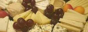 Handwerkliche und bäuerliche Käse aus Schaf- und Ziegenmilch: Hart-, Weich- und Schnittkäse aus Frankreich, Italien und Belgien, serviert mit frischen Früchten - ca. 1,0 kg Käse - 95 €